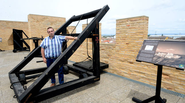 El turolense Rubén Sáez Abad, doctor en Historia, en una máquina defensiva de pinchos del siglo XIII.