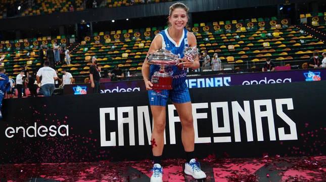 La base Inés Santibáñez con el trofeo de campeona de liga.