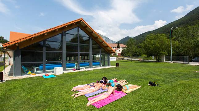 Zona ajardinada de las piscinas municipales de Isaba, un día de verano.