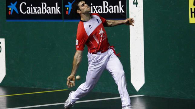 El zaguero José Javier Zabaleta golpea la pelota, en un partido anterior.