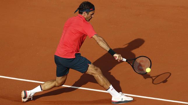 Roger Federer, durante su partido ante Cilic en Roland Garros.