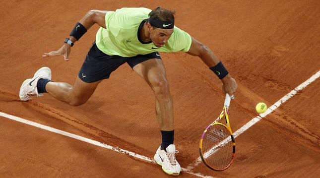 Rafael Nadal golpea a la pelota durante el partido contra Gasquet en Roland Garros.
