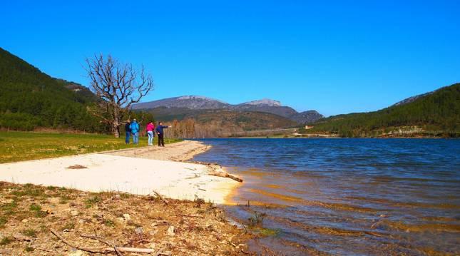 Visitantes en la zona de playa más próxima a Nagore.