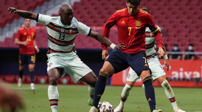 El delantero de la selección española Álvaro Morata (d) pelea un balón con Danilo Pereira, de Portugal