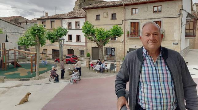 Gerardo Beaumont Crespo, en el quiosco de la plaza de Armañanzas (Navarra).