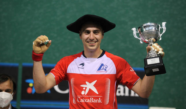 Peio Etxeberria, con la txapela y el trofeo que le acredita como campeón manomanista de Promoción.