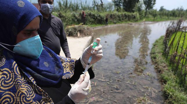 Foto de una enfermera preparando una vacuna de coronavirus en La India.