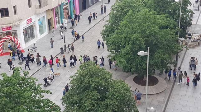 Largas colas en la inauguración de Miniso en Pamplona