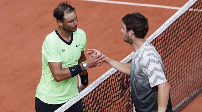 Saludo entre Rafa Nadal y Cameon Norrie tras el encuentro de tercera ronda de Roland Garros.