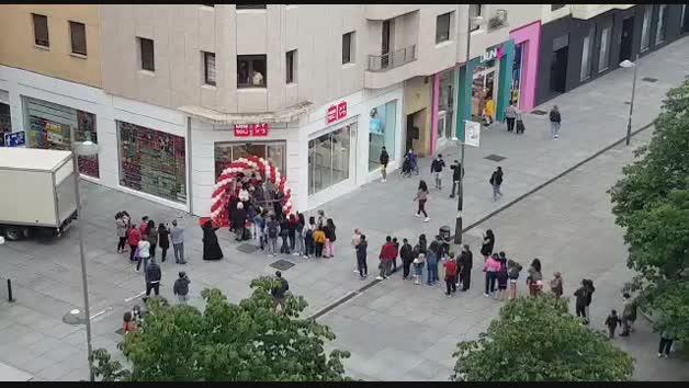 Vídeo de las colas en la apertura de Miniso en Pamplona