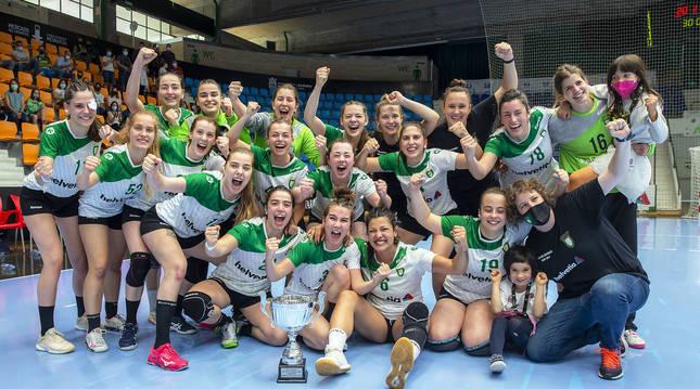 Alegría de la plantilla de Helvetia Anaitasuna femenino tras lograr el ascenso a la División de Honor Plata.