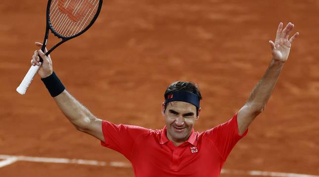 Roger Federer saluda al público tras derrotar al alemán Dominik Koepfer y alcanzar los octavos de final en París.
