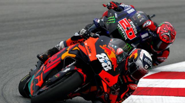 El piloto portugés de MotoGP, Miguel Oliveira, seguido del francés Fabio Quartararo.