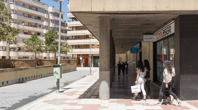 Varias personas caminan por la plaza Sancho El Fuerte de Tudela.