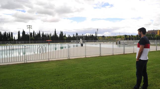 Imagen de David Ros, gerente de la ciudad deportiva de Tafalla, contemplando las piscinas de verano