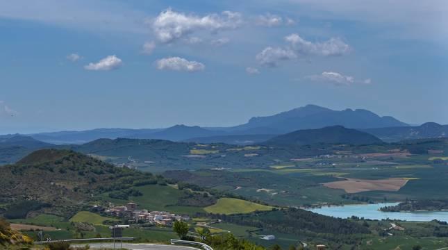 Imagen tomada desde el alto de Guirguillano, con el concejo de Irurre (Guesálaz) al fondo y el pantano de Alloz.
