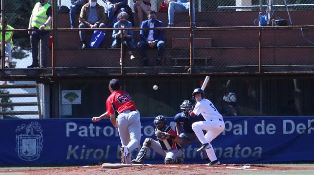 Fotografía de un jugador de los Toros lanzando la bola a un bateador del Béisbol Navarra.