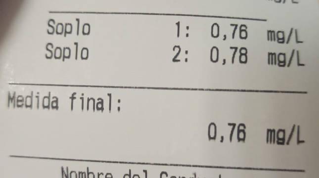 El conductor arrojó un resultado por encima de la tasa mínima de 0.25 mg/L y superior a la tasa penal de 0.60 mg/L en aire en la prueba de alcoholemia.