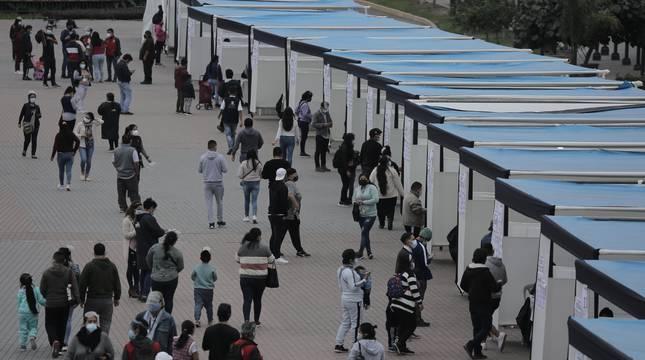 Peruanos emiten su voto en las carpas instaladas en el Parque La Muralla, en el distrito Cercado.