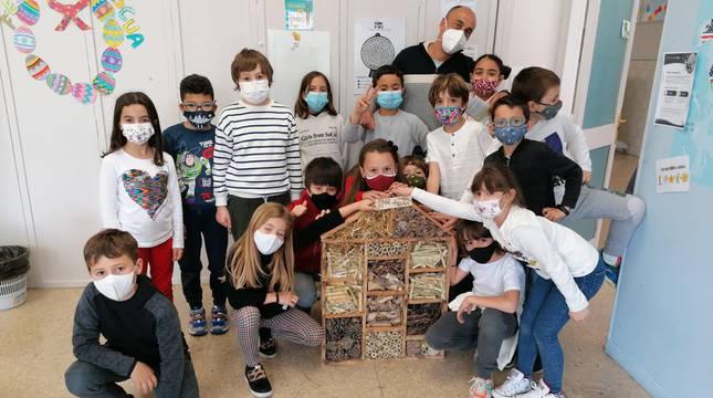 Fotografía de parte de los alumnos de 3º de Primaria del colegio público Alfonso X El Sabio de San Adrián, artífices de los hoteles para insectos
