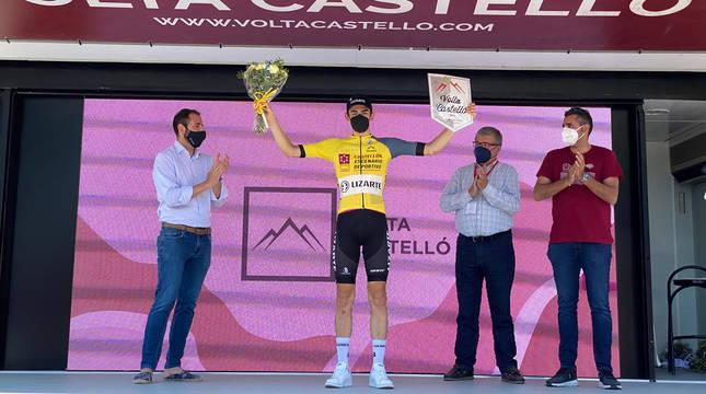 Fotografia de el navarro Igor Arrieta, ayer con el maillot de ganador final de la Vuelta a Castellón.