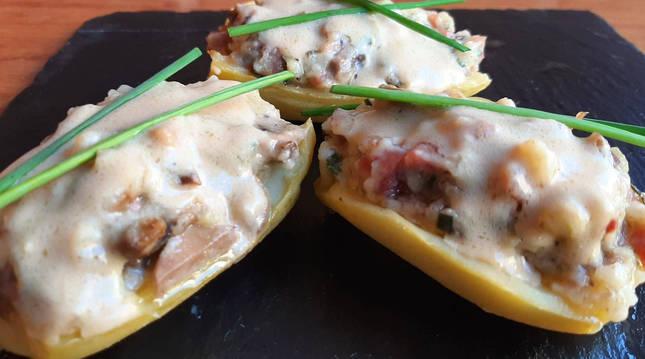Patatas rellenas con champiñones y jamón con salsa de foie.