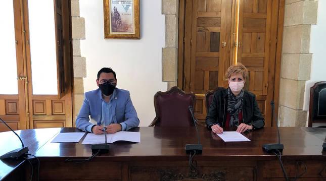 El director general de Administración Local y Despoblación, Jesús María Rodríguez, y la alcaldesa de Viana, Yolanda González, en un momento de la firma de los convenios.