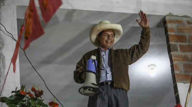 Pedro Castillo se dirige a sus simpatizantes mientras se conocen los resultados.