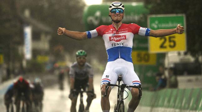 Van der Poel entra vencedor en la segunda etapa del Tour de Suiza.
