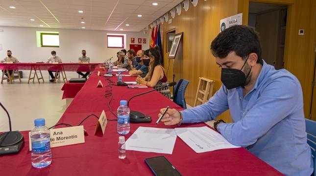 Gonzalo Fuentes, de Navarra +, en primer plano, y ediles del equipo de Gobierno en el pleno presencial celebrado en la Escuela de Música.