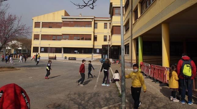 Escolares en el patio del colegio e instituto de Aoiz.
