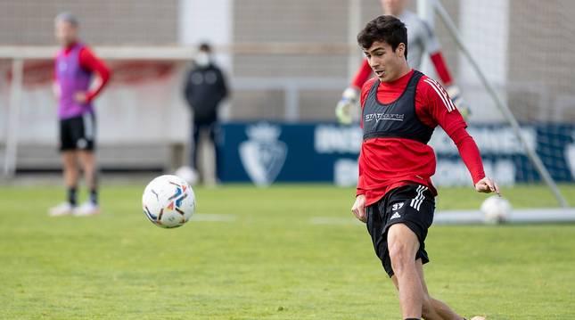 Manu Sánchez contempla el balón en un entrenamiento en Tajonar.