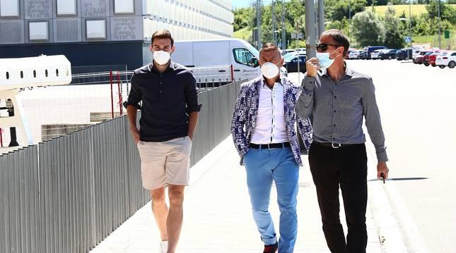 Jon Moncayola acude a la rueda de prensa que ofreció en El Sadar junto a sus agentes Félix Taínta y Juani Oyaga.