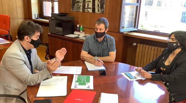 Fotografía de la reunión entre Eduardo Santos, Koldo Leoz y Magdalena Hernández.