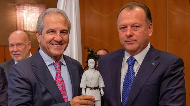 Fotografía de Marius Vizer, presidente de IFJ, entregando a Juan Carlos Barcos (izda.) la estatua Jigoro Kano Shihan.