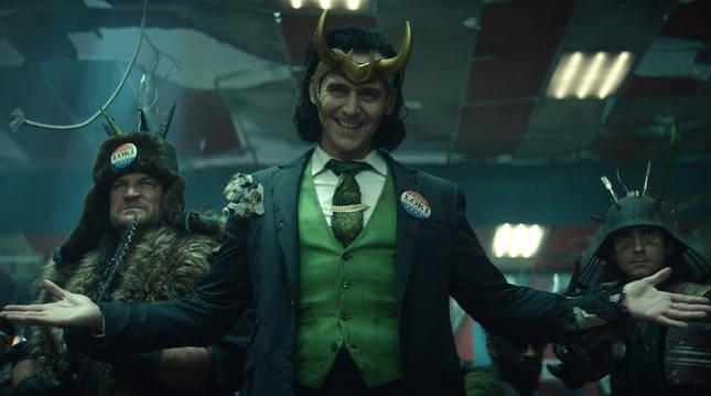 Fotograma cedido por Marvel Studios donde aparece Tom Hiddleston como Loki y Wunmi Mosaku como Hunter B-15, en una escena de la serie 'Loki'.