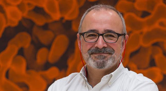 El biólogo Ignacio López-Goñi, premiado por su labor de divulgación científica