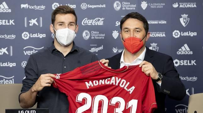 Moncayola junto a Braulio Vázquez con una camiseta con el año hasta el que ha renovado con Osasuna