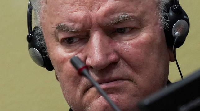 Fotografía del ex General serbobosnio sentado en el cuarto del juicio previo a conocer la sentencia