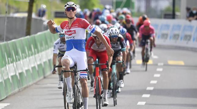 Van der Poel celebra su victoria.