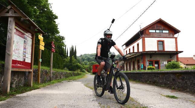 En bici y con la cámara por encima de su cuerpo, Ander Zugarza Hernández, ayer en Lekunberri.