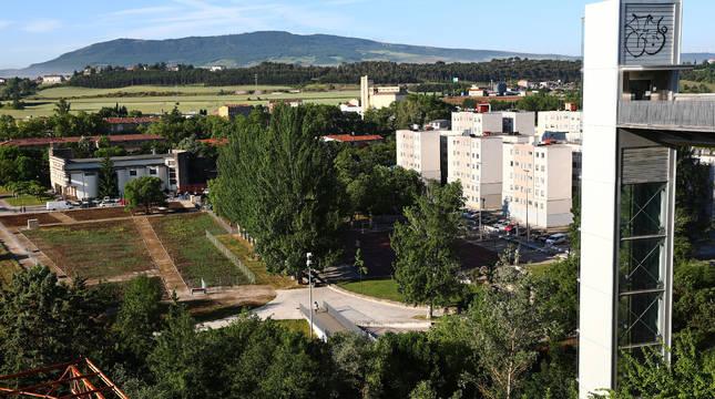 Los huertos urbanos de Echavacoiz, a la izquierda de la imagen, frente al grupo Urdánoz.