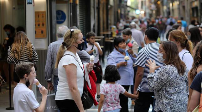 Muchas personas salieron este miércoles a la calle en Pamplona para disfrutar del tiempo y los helados.