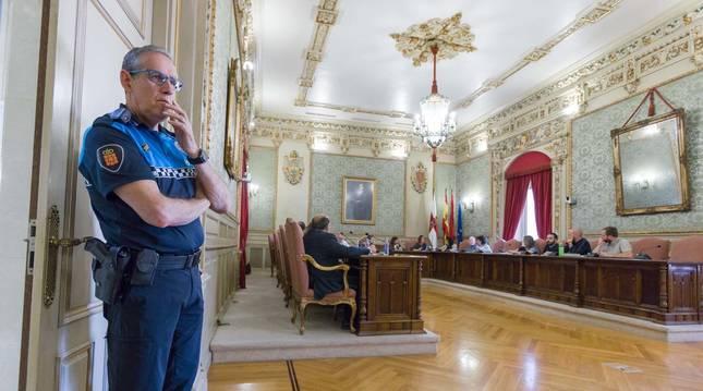 El jefe de la Policía Local de Tudela, Juan Cruz Ruiz, durante un pleno del Ayuntamiento.