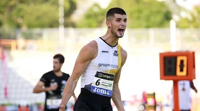 Asier Martínez celebra su triunfo tras cruzar primero la meta en Marsella.