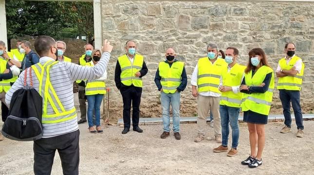 Un momento de la visita que la comisión y la gerencia de Urbanismo del Ayuntamiento de Pamplona han realizado a la zona.