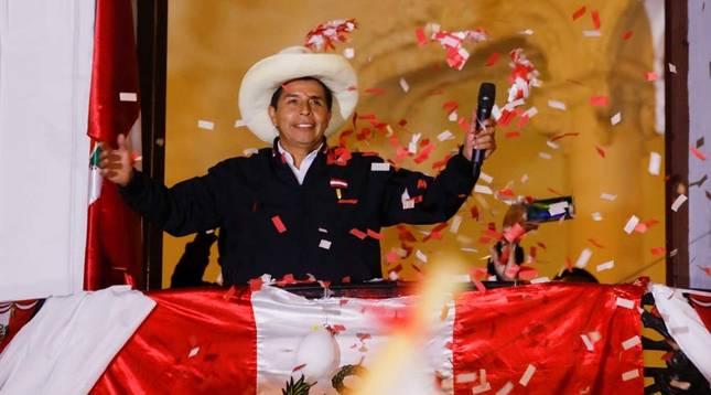 Pedro Castillo se declara vencedor de las elecciones ante sus simpatizantes en Lima.