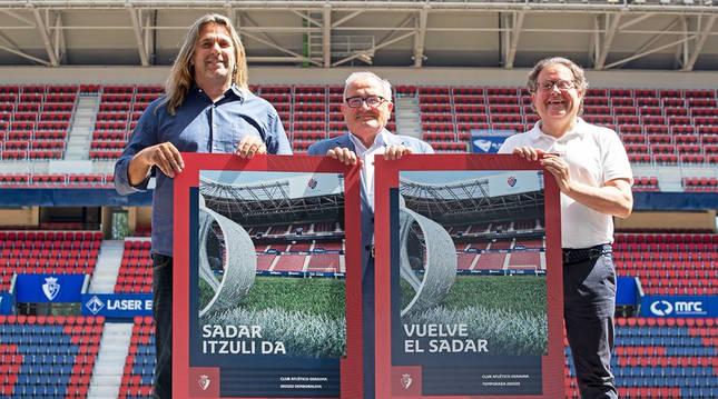 Luis Sabalza (centro) sujeta el cartel de la campaña 'Regresa El Sadar' junto a César Muniáin (izda.) y Miguel Cuesta