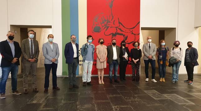 La consejera Rebeca Esnaola con el comisario, familia del pintor y personas prestatarias de obras que componen la exposición.