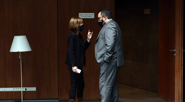 Fotografía de Uxue Barkos (Geroa Bai) habla con el consejero Javier Remírez en el Parlamento.